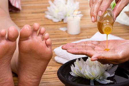 foot-massage-nguyen-son-137-CÁCH MASSAGE CHÂN SỨC KHỎE ĐƠN GIẢN CHO NGƯỜI GIÀ