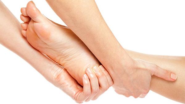 massage chân phòng tránh chuột rút